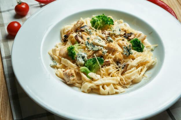 Pappardelle z sosem śmietanowo – serowym, z grillowanym kurczakiem i soczystymi brokułami