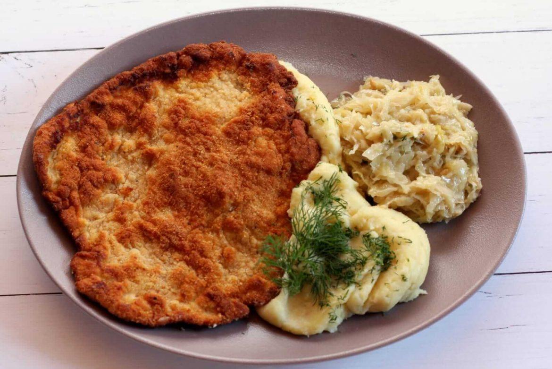 Kotlet Schabowy z ziemniakami i kapustą zasmażaną