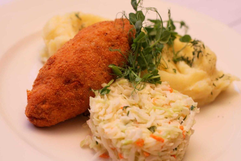Polski De Volaille z serem podany z ziemniakami i surówką