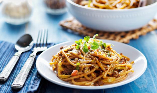 Spaghetti z sosem bolońskim z mięsem mielonym i parmezanem
