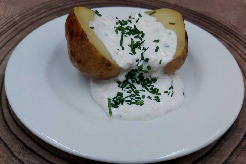Pieczony ziemniak z wiejskim twarożkiem ze szczypiorkiem i rzodkiewką