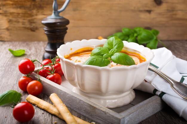 Krem pomidorowy z pesto pietruszkowym z grzankami (300 ml)